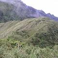 遠遠的山上有人在爬,好渺小