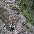 斷崖處,需要攀繩