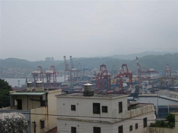 白米甕砲台可以遠眺基隆港的貨櫃吊車