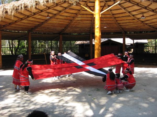 賽夏族的代表色就是紅白黑