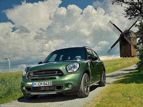 Mini-Countryman_2015_800x600_wallpaper_0a