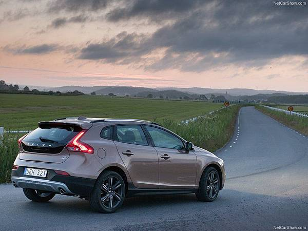 Volvo-V40_Cross_Country_2014_800x600_wallpaper_10