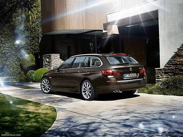 BMW-5-Series_Touring_2014_800x600_wallpaper_27