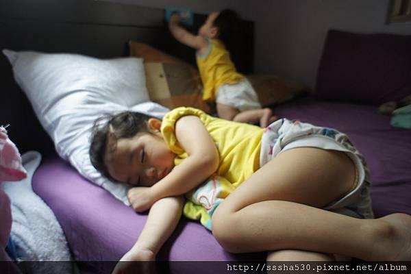 姊姊睡的很熟、妹妹爬的很吵