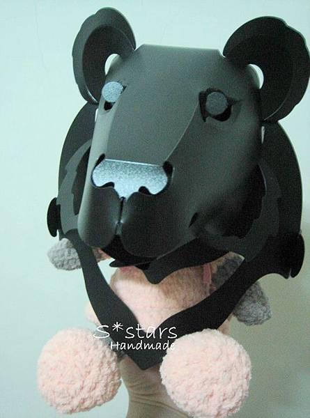 小灰貓帶台灣黑熊面具XD