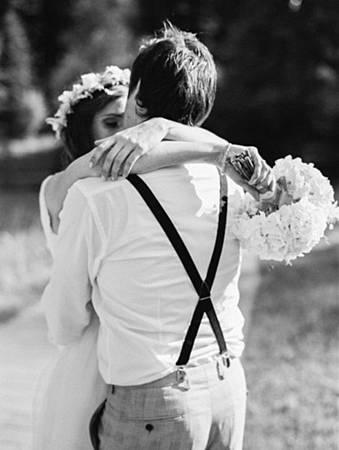 black-white-wedding-photo-hug-bride-groom-romantic