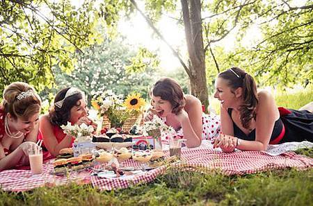50s-American-Diner-Picnic-shoot-laughing-with-the-girls