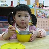蓉一歲自己吃飯飯