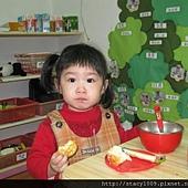 蓉一歲吃餅乾