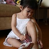 快完成,蓉最愛自己穿鞋了