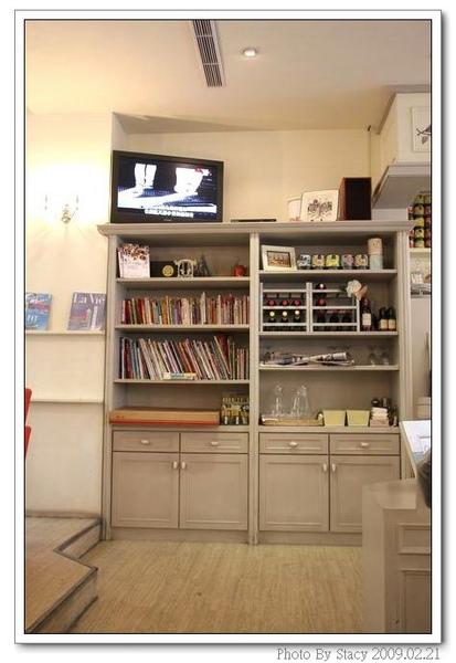 店內一角--書櫃裡有著旅遊雜誌和時尚雜誌