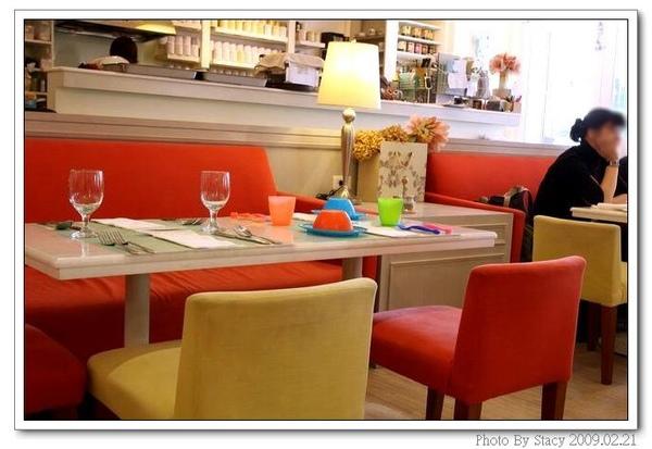 店內一角--3桌上擺放著小朋友的餐具