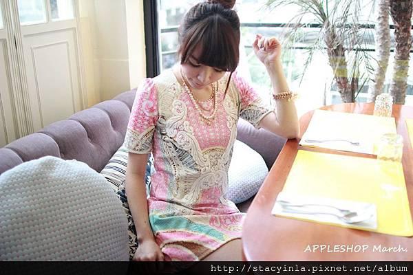 AS04 螢光粉白色刺繡羽毛圖騰彈性洋裝, 售價 $800