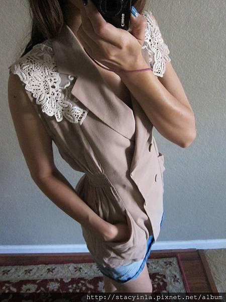 E2 蕾絲大領縮腰背心, 售價 $700