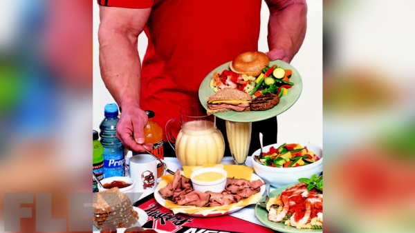 bodybuilder-eating-food