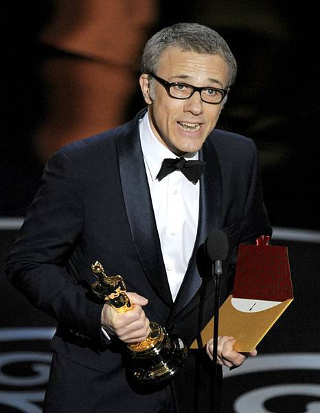 movies-christoph-waltz-accepts-oscar