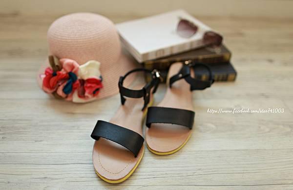 J04平底皮革涼鞋(白色、黑色),NT$950