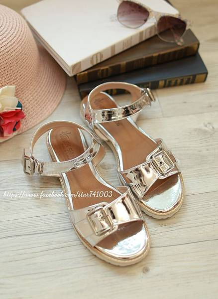 J06 扣環銀色平底鞋,NT$1080