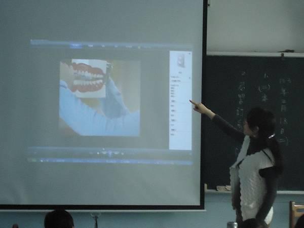 老師教導正確潔牙方法及觀看潔牙影片及回覆示教