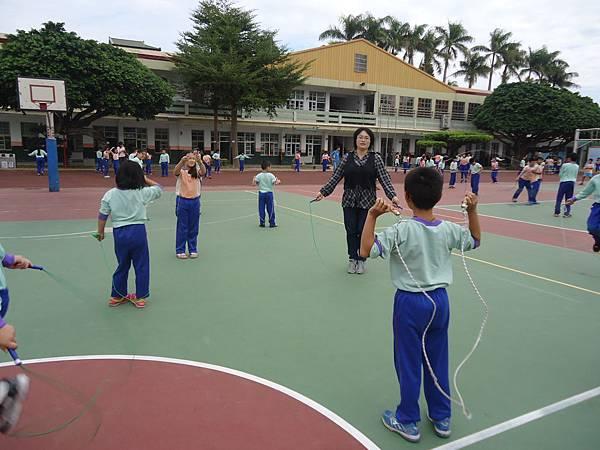 103學年每星期一及星期五推動課間操跳繩運動
