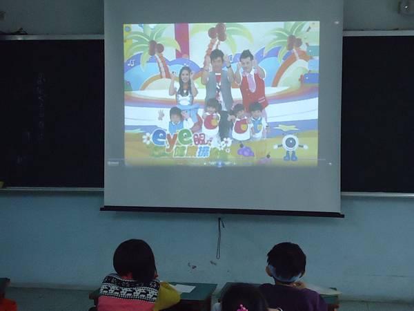 2015.1.13低年級觀看視力保健宣導影片