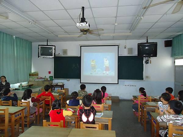 104.12.10一年級學童觀看腸病毒洗手教學影片