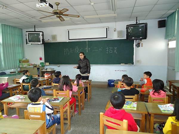 104.12.16一年級學童觀看防疫十二招教學影片