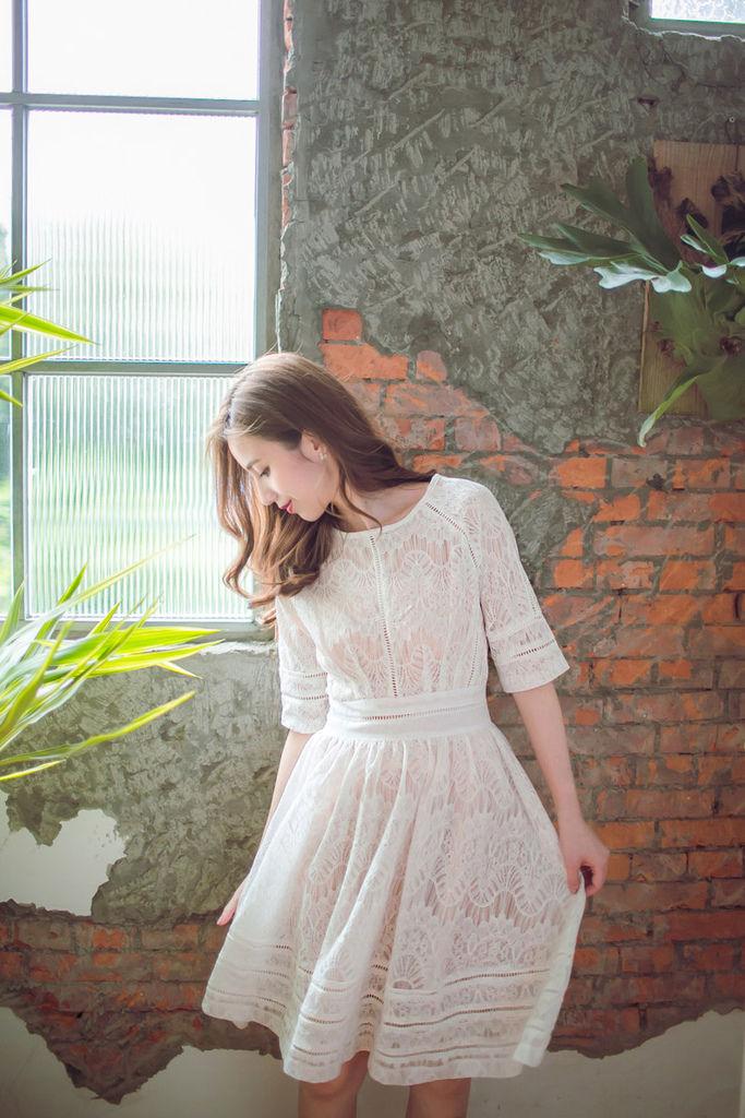 蕾絲洞洞縷空五分袖杏洋裝02.jpg