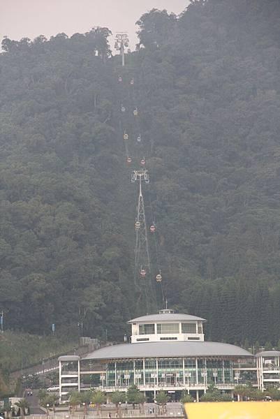 從搭船處就可以看到遠方的纜車