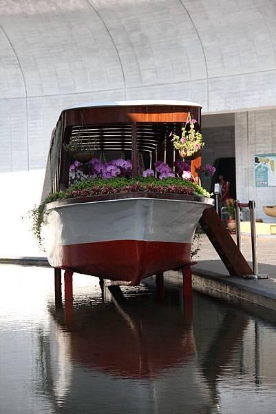 裡面的造景  一個載滿了花的小船