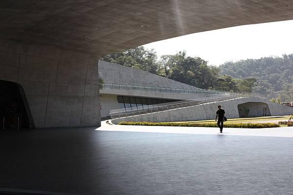 """""""向陽旅客服務中心""""  挺特別建築風格的休息區"""