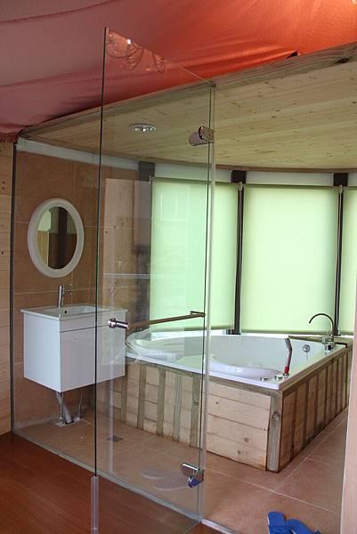 很浪漫的浴室跟浴缸(是愛心的喔)
