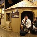 紙箱蓋的小城堡耶~我還硬叫J先生擠進去拍照   哈~