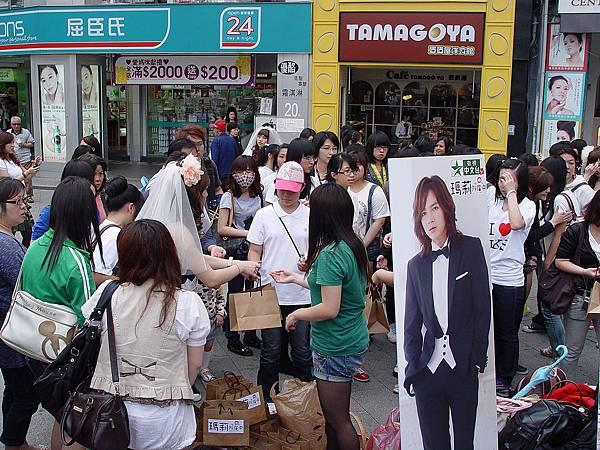 台灣粉絲裝扮成張根碩、文瑾瑩劇中婚紗造型街頭發送喜帖與面紙.JPG