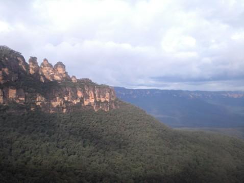 姐妹岩和藍山