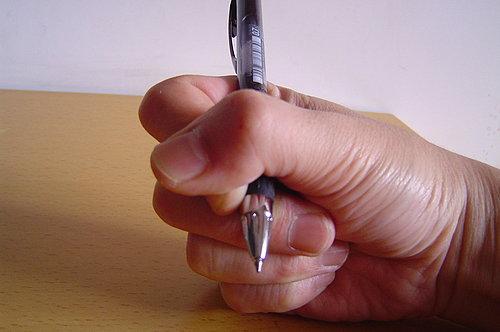 指與食指呈現互相包繞.jpg