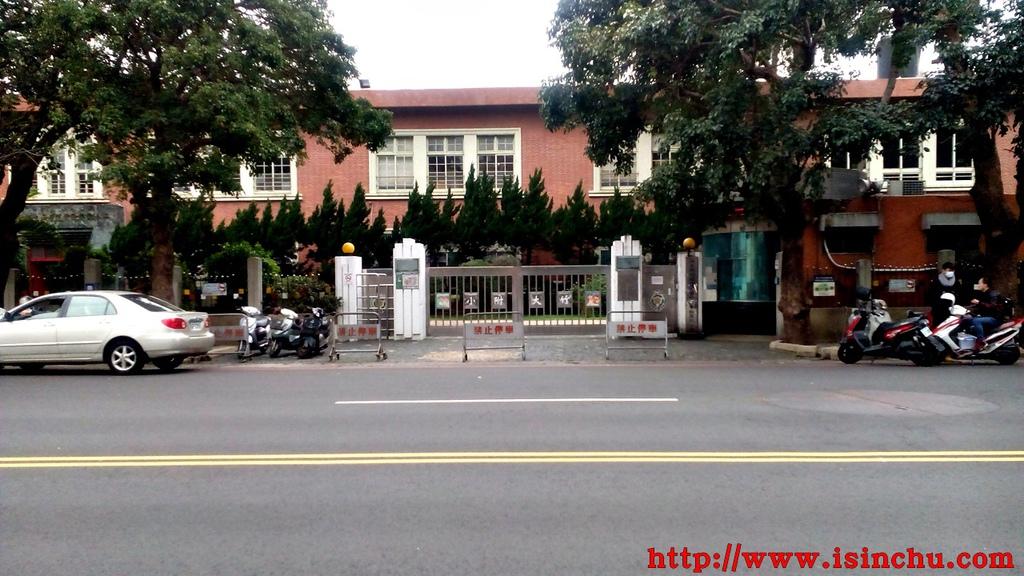 竹大附小(新竹師院附小)就在倆相好私房料理旁邊,竹大附小全名是國立新竹教育大學附設實驗國民小學,地址新竹四維路47號。