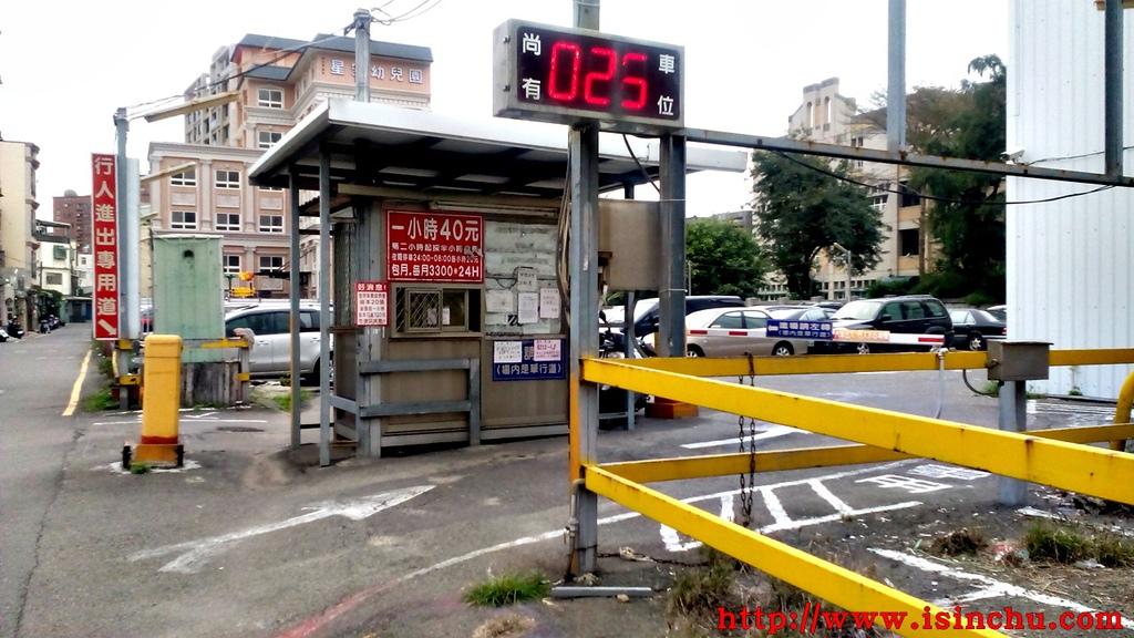 遠見停車場位於新竹市四維路40號巷口,招牌很大非常好找,可惜費用一小時40元在新竹屬於有點貴