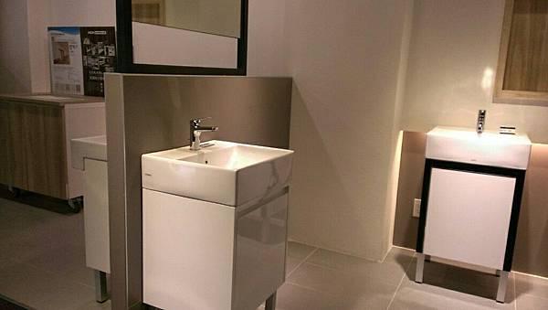陳先生在介紹TOTO衛浴設備時可是充滿了驕傲,他說他們的瓷器是用1200度高溫燒製成,表面經過釉面處理使其沒有毛細孔,所以不會沾附髒污,只要簡單的整理就可常保如新,不需要複雜的清潔用品喔。