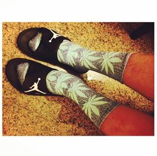 其中HUF的大麻襪最為經典白藍粉售價NT480$$(HUF大麻襪擁有許多色彩喔和款式喔)  最適合夏天的繽紛色彩