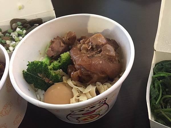 豬腳飯 NT65 筍乾很入味,豬腳肥瘦肉都很多,偏軟很多膠質,這道菜C/P很高啊! 那一家牛肉麵的口味對我來說還挺合的,又有豬腳又有牛肉的麵店,兩個願望一次滿足。