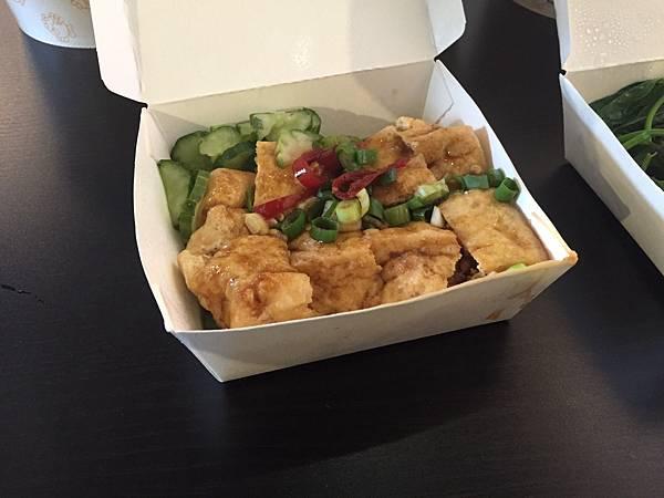 現炸豆腐 NT35 外酥內軟的口感,再加上一點蔥花,一點醬汁!!感覺還不錯喔。