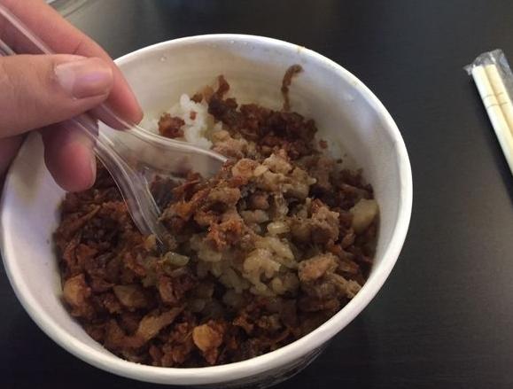 新竹美食竹東邱記排骨酥麵,雖然招牌是排骨酥麵但是絕對不能錯過他的滷肉飯搭上蘇蘇脆脆的蒜酥會有全新的口感