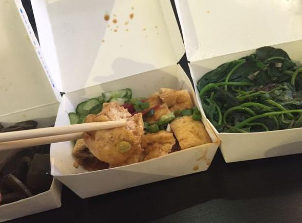新竹好吃小吃店那一家牛肉麵除了有牛肉麵還有水餃各式小菜滷味推薦給大家