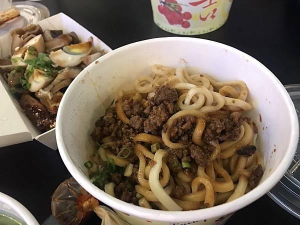 翟九麵食館是新竹在地人最愛的面料理,位於新竹巨城巨城附近這家巨城附近美食一定要吃它的肉燥乾麵