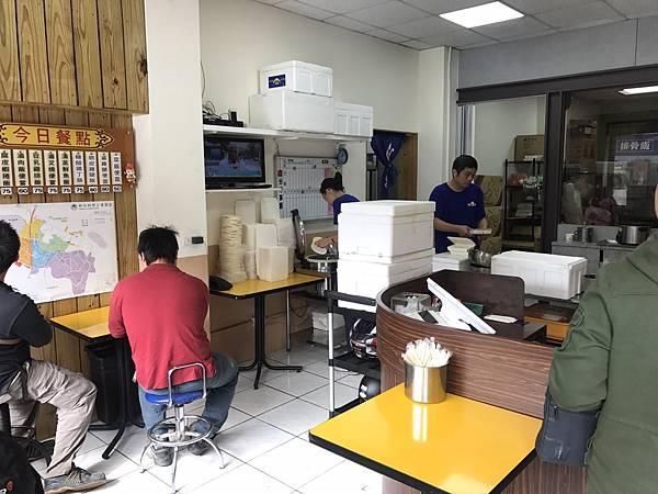 每天一到中午許多上班族就在想中午到底要吃什麼,上班已經很無趣了,    如果午餐還是一成不變,那對於下午的工作會更顯得無力,    所以今天要來介紹一家還不錯在新竹的便當店-金凌排骨便當社    讓大家在工作午餐的時候可以多一樣選擇囉!!