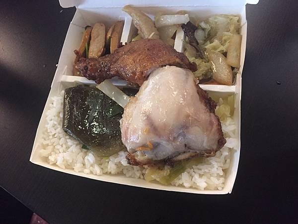 金陵排骨便當社便當種類除了雞腿,雞排,排骨之外,還有許多不同種類的便當,  在新竹工作的朋友午餐不會再是一成不變,推薦給大家囉!
