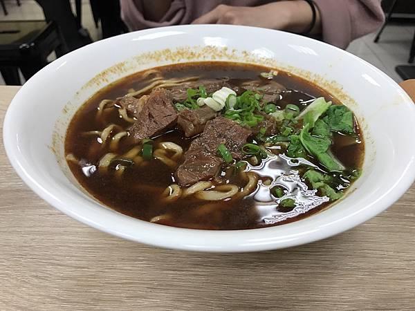 新竹火車站附近的好吃美食,那一家牛肉麵,原本開在園區附近的那一家,在火車站前的中華路也開分店囉!愛吃牛肉麵的朋友別錯過啦!