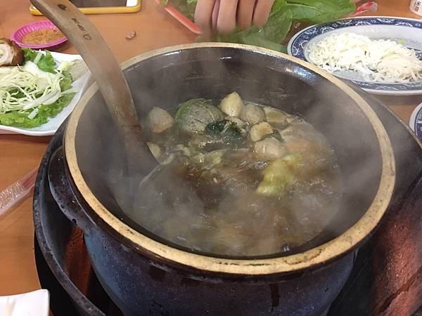 位於新竹公道五路愛買後面的極品羊肉爐是新竹人冬令進補最愛去的地方之一,極品羊肉爐除了羊肉爐之外還有熱炒,客家小炒,炒大腸等等之類的,讓羊肉爐不只在是羊肉爐