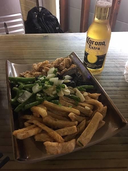 新竹縣竹北美食-車庫鹽酥雞-不只是鹽酥雞。還有串燒烤物。晚餐宵夜另類平價啤酒屋